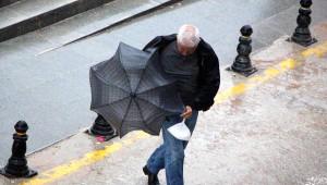 Bolu'da Şiddetli Yağmurda Rüzgar Şemsiye Açtırmadı