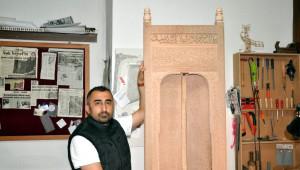 Divriği Ulu Cami'nin Minberinin Kapısını Ahşaba İşledi
