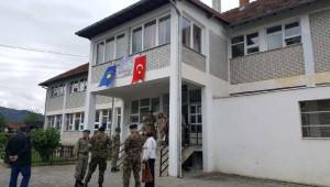 Türk Askeri Kosova'daki Köy Okulunu Onardı