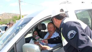 Tosya'da Beraat Kandili'nde Sürücülere Gül Dağıtıldı