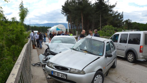 Köprüde İki Otomobil Çarpıştı: 1 Ölü, 1 Yaralı