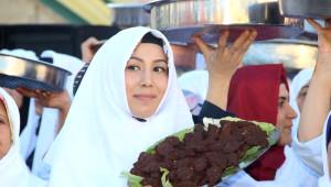 Şanlıurfa'da 400 Kadın Çiğ Köfte Yoğurarak Rekor Kırdı
