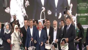 Bakan Akdağ, Merkezefendi Geleneksel Tıp Festivali'nde Mesir Macunu Dağıttı