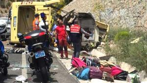 Muğla'da Uçuruma Yuvarlanan Tur Midibüsü Kazasından Korkunç Kareler