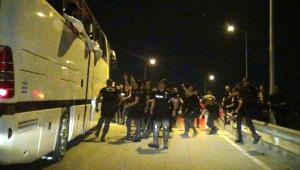 Bursa'da, Beşiktaş Taraftarlarına Taşlı Saldırı