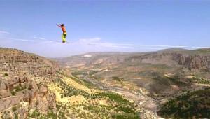 240 Metre Yükseklikte İp Üzerinde 1 Saat 14 Dakika Yürüdü, Rekor Kırdı