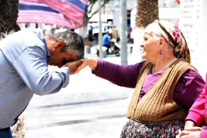 Atatürk Afişini Öpen Yaşlı Kadın Dha'ya Konuştu; 'Bu Zamanın Gençleri O'nun Kıymetini Bilsin'