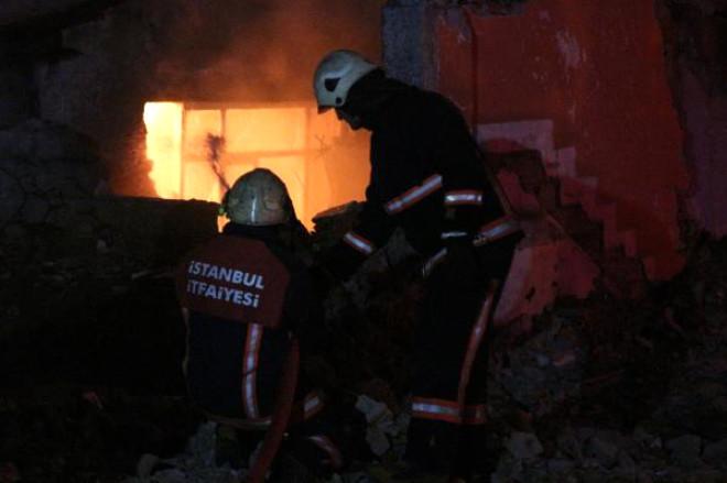 Beyoğlu'nda Gecekondu Alev Alev Yandı