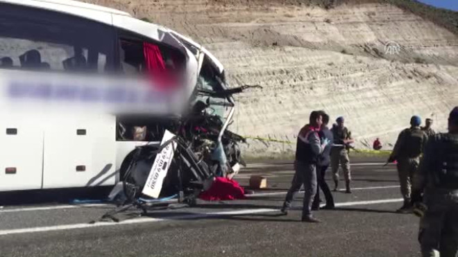 Elazığ'da Otobüs Tıra Çarptı: 2 Ölü, 30 Yaralı