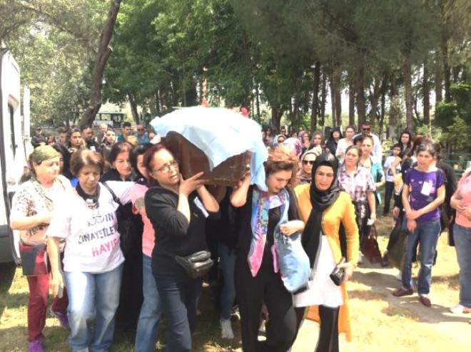 Eski Eşinin Öldürdüğü Işık İkizoğlu'nu Kadınlar Toprağa Verdi