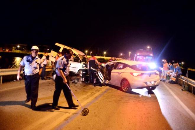 Otomobille Hafif Ticari Araç Çarpıştı: 4 Yaralı