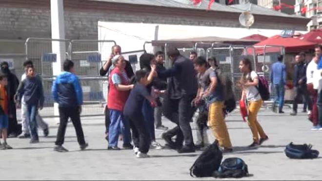 Taksim Meydan'nda İlkokul Öğrencileri Birbirine Girdi