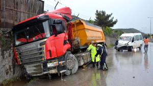 Karabük'te Minibüs Tır'a Çarptı: 5 Yaralı