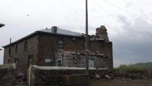 Şiddetli Fırtına Kars'ta Minare Yıktı, Çatıları Uçurdu