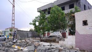 Ceylanpınar'da Fırtına Çatıları Uçurdu, Ağaçları Devirdi