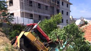 Asfalt Dökme Makinesi Evin Bahçesine Devrildi