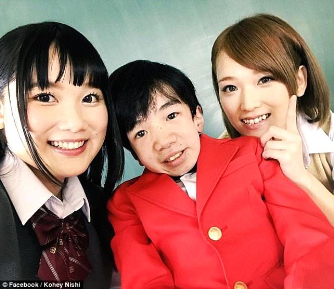 Japonların küçük yaştaki erkek çocuklara porno