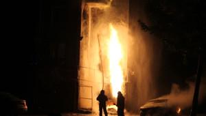 Doğalgaz Kutusunda Meydana Gelen Yangın Bütün Apartmanı Sokağa Döktü