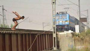Eğlence Olsun Diye, Tren Raylarından Kanala Atlıyorlar