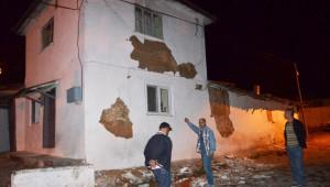 Depremde Evi Hasar Gören Vatandaşlar İçin Çadır Kuruldu