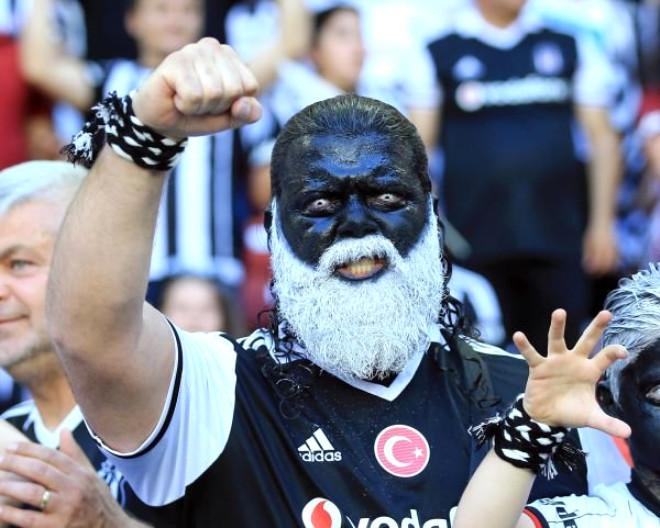 Beşiktaş'ın Coşkulu Taraftarlarından İlginç Kareler