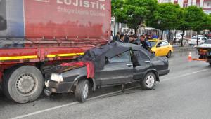 Otomobil Kırmızı Işıkta Bekleyen Tıra Çarptı: 2 Ölü, 2 Yaralı
