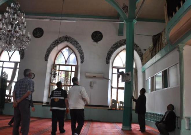Camiye Giren Yavru Kargaları İtfaiye Çıkardı