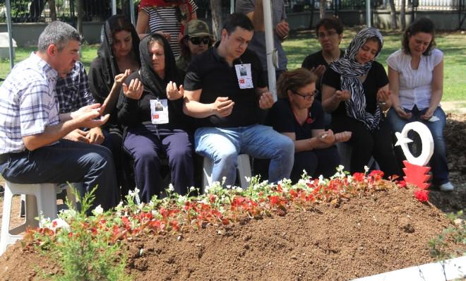 Şehit Yüzbaşının Annesi 'Bırakın Oğlumun Ayaklarını Öpeyim' Diye Ağladı