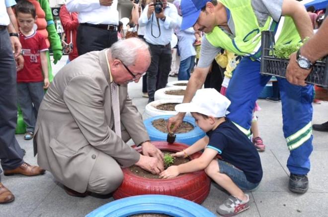 Başkan Albayrak, Çocuklarla Atık Lastiklere Çiçek Ekti