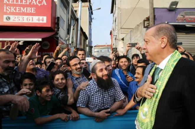 Cumhurbaşkanı Erdoğan ve Eşi Emine Erdoğan, Mezuniyet Belgesini Torunu Ömer Tayyip Erdoğan'a Verdi