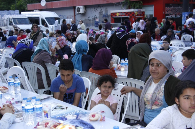 Eskişehir İhh'dan 2 Bin 500 Kişilik Dev İftar