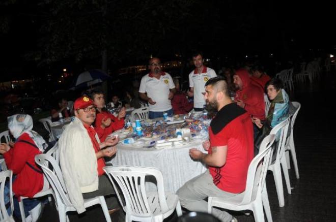 Eskişehirspor Taraftarları Yağmur Altında İftar Yaptı