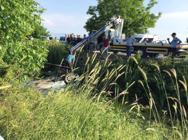 Otomobille Çarpışıp Dereye Uçan Araçtaki Hemşire Öldü, Eşi Yaralandı