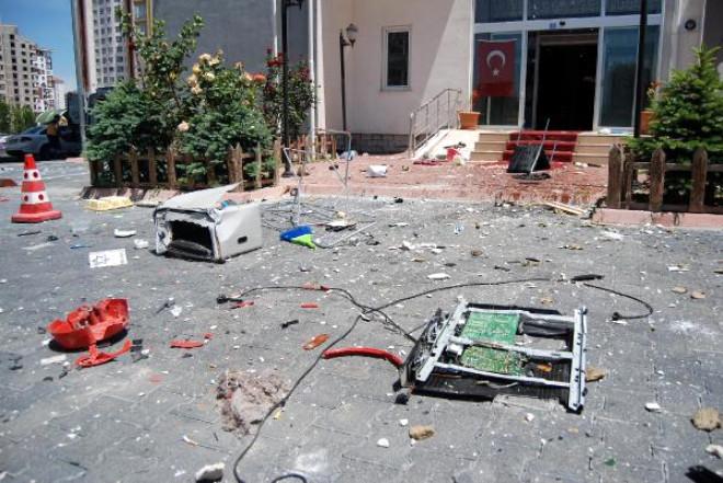 Üniversite Öğrencisi Evdeki Eşyayı 14'üncü Kattan Yola Fırlattı (2)