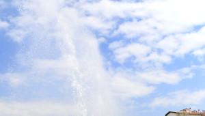 Başkent'te Şebeke Borusu Patladı, Su Metrelerce Havaya Fışkırdı