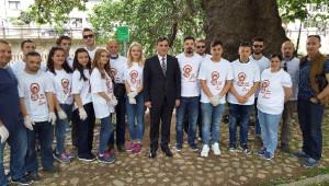 Kosovalı Türk Bakan, Dünya Çevre Günü'nde Sokakları Kendi Elleriyle Temizledi