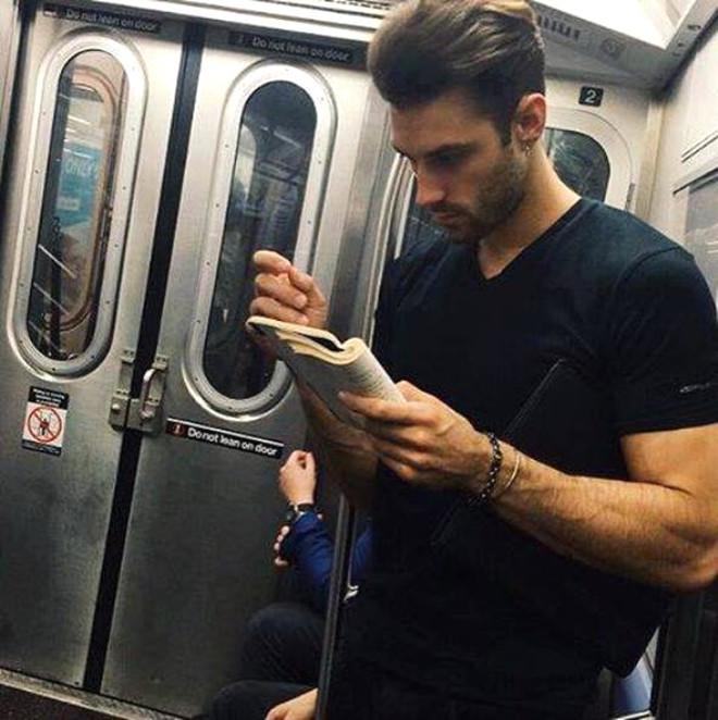 İnstagram'ın Yeni Modası: Kitap Okuyan Erkekleri Gizlice Çekmek