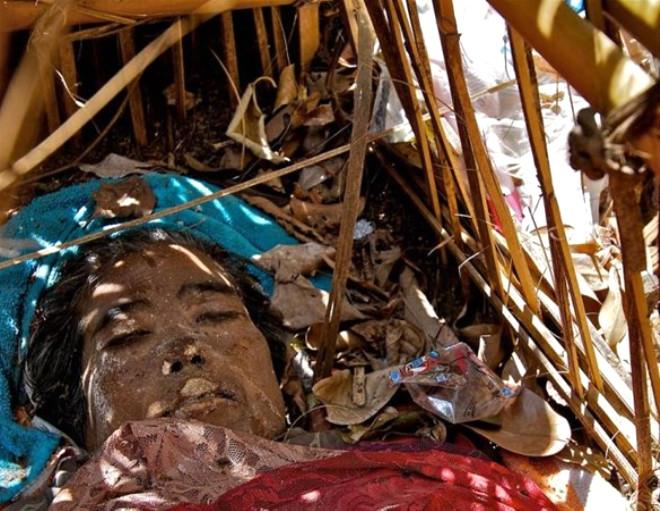 Ölen Yakınlarını Gömmek Yerine Bambu Kafeslerde Saklıyorlar