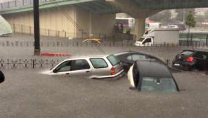Sular Altında Kalan İstanbul Sokaklarında Can Pazarı
