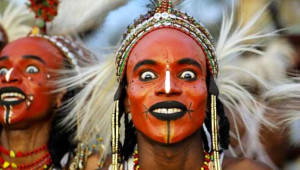 Wodaabe Kabilesinin Erkekleri Kadınlar için Süsleniyor