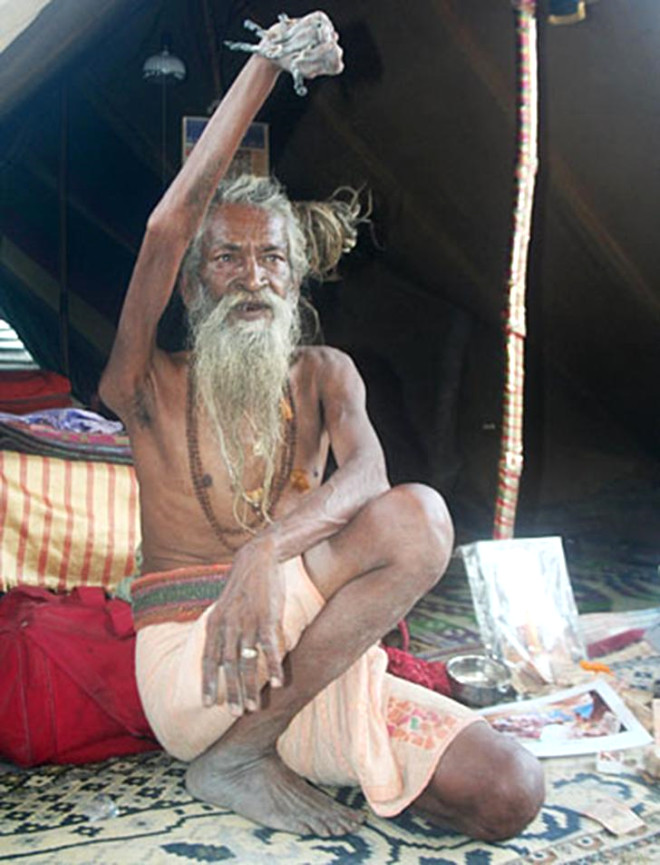 Hintli Adam 1973'ten Beri Sağ Kolunu Havada Tutuyor!