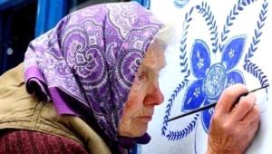 90'lık Büyükanne, Yaşadığı Köyün Duvarlarına Çiçek Açtırdı!