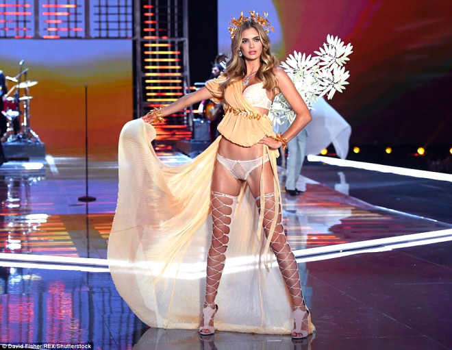 Victoria's Secret Meleklerinin İç Çamaşırı Şovu Büyüledi