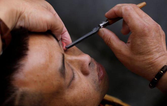 Çinli Sokak Berberi Ustura ile Müşterilerin Gözünü Temizliyor