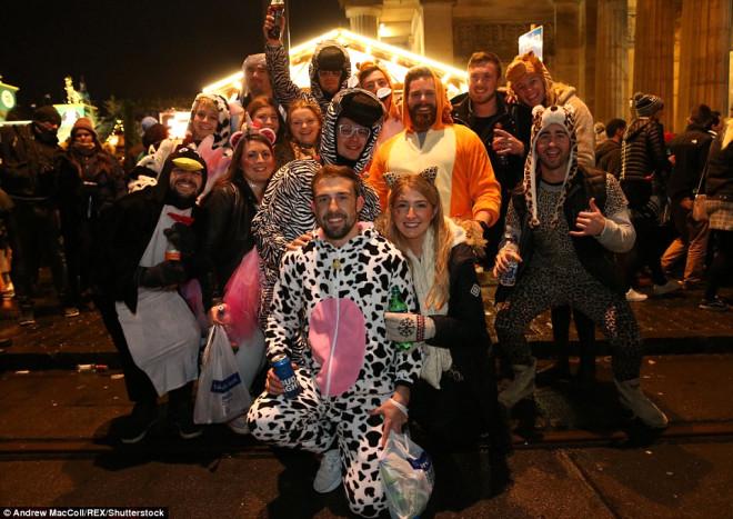 İngiltere'nin Çılgın Yılbaşı Particilerinden 'Vah Vah' Dedirten Olay Kareler!