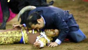Boğanın Yere Devirdiği Matador Kardeşi İçin,  Kendi Hayatını Ortaya Attı!
