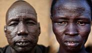 Böyle Korkunç Gelenek Görülmedi! Yüzlerini Keskin Bıçakla Kesip Şekil Veriyorlar