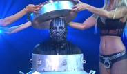 Maskeli İllüzyonistin Su Bidonu Gösterisinin Sırrı İfşa Oldu