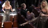 Oscar Töreninde Alkolü Fazla Kaçıran Güzel Oyuncu, Ayaklarını Koltuğa Uzattı