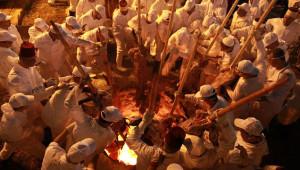 Yüzlerce Vatandaş, Kestikleri Kurbanları Uzun Sopalara Geçirip Kuyularda Pişirdi